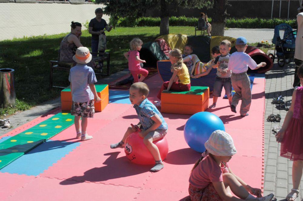 1.Фестиваль еще не открылся, а дети уже осваивают игровые площадки
