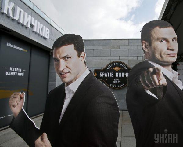 Картонные фигуры братьев Кличко у входа в музей