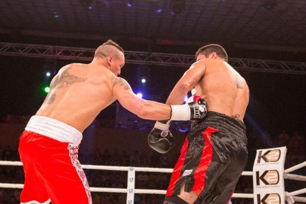 Боксер Усик пробивает в бок Сезару Давиду Кренсу