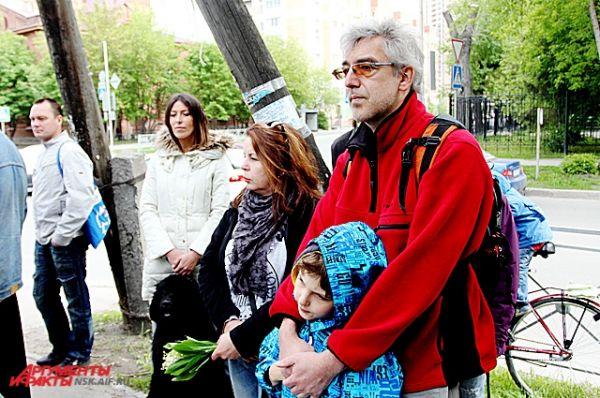 Деньги на воплощение идеи присылали поклонники творчества Янки Дягилевой  - общими усилиями было собрано около 50 тысяч рублей.