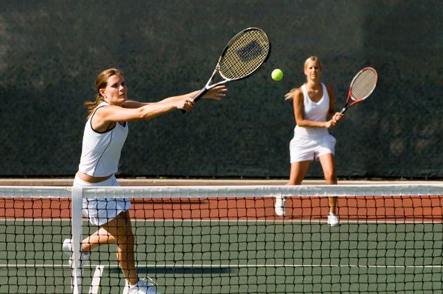 Заниматься теннисом