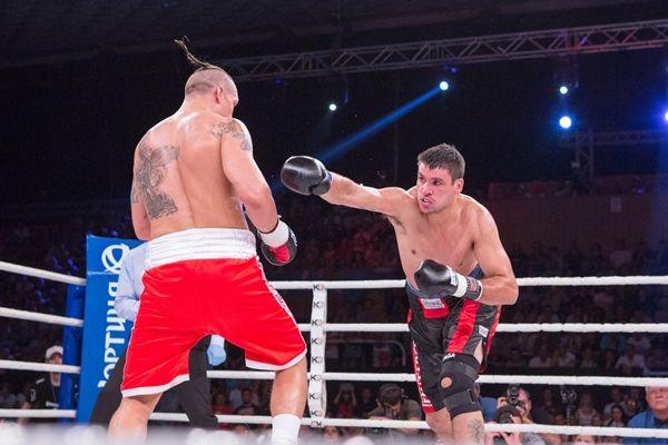 Боксер Усик на ринге с Сезаром Давидом Кренсом