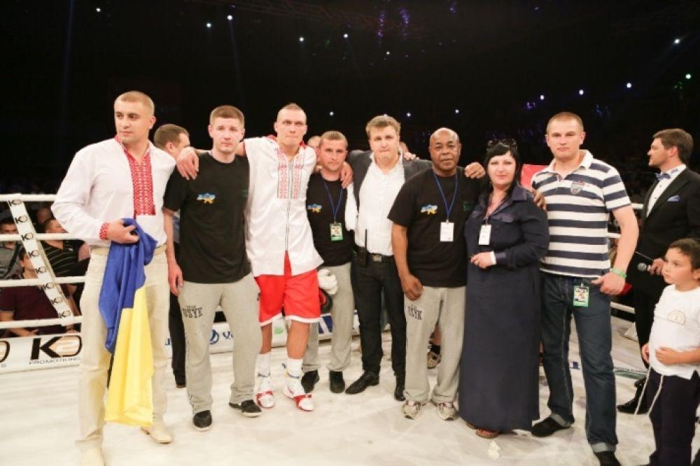 Команда Усика после победы подопечного