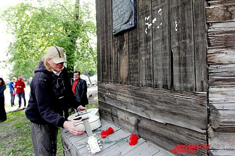 В день открытия памятной доски у дома, где жила семья Дягилевых, собралось около сотни человек.