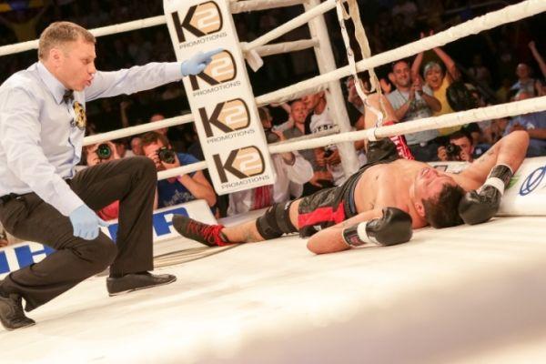 Соперник боксера Усика Сезар Давид Кренс на настиле ринга