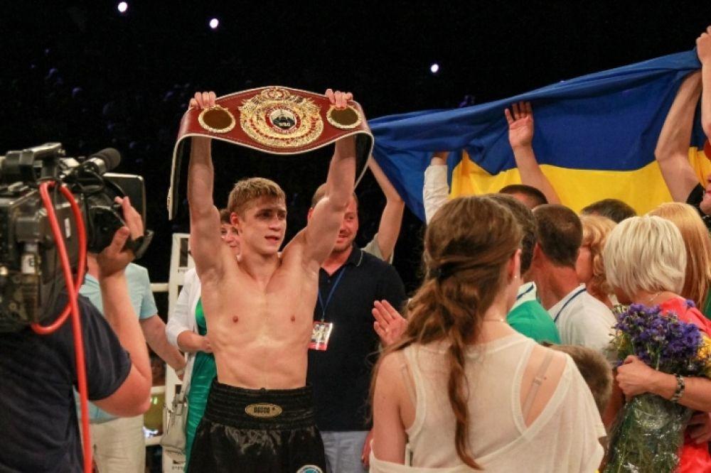 Боксер Спирко держит чемпионский пояс