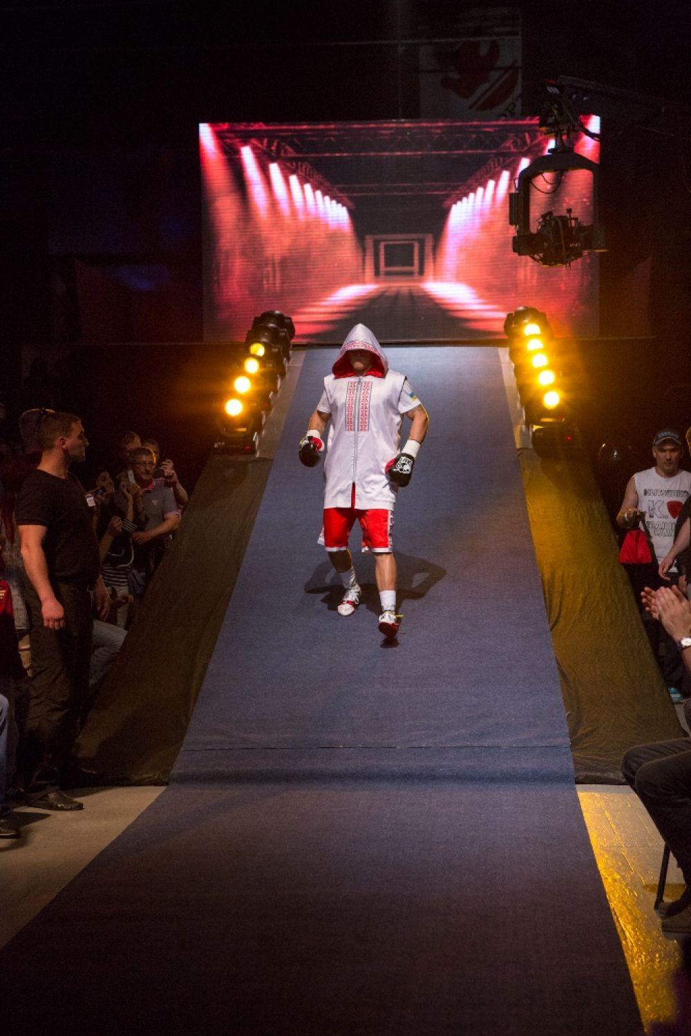 Усик направляется к рингу на бой с Кренсом