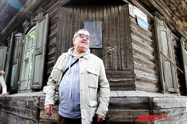 В открытии памятной доски принял участие отец исполнительницы - Станислав Дягилев.