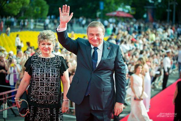 Своим визитом открытие «Кинотавра» почтили также мэр сочи Анатолий Пахомов и его супруга Елена.