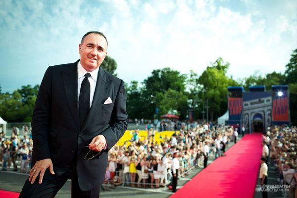 Продюсер Александр Роднянский возглавил «Кинотавр» в 2004 году. В прошлом году вышла в свет его книга «Выходит продюсер», а ранее он вместе с Робертом Родригесом продюсировал сиквелы «Города Грехов» и «Мачете».