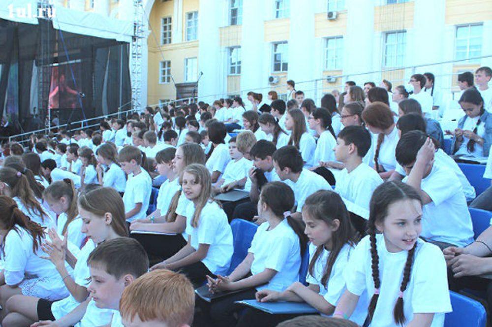 4.Главным подарком для гостей и участников фестиваля стало выступление сводного детского тысячного хора