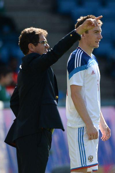 Андрей Семенов из «Терека» вместе с тренером Фабио Капелло во время товарищеского матча с Норвегией.