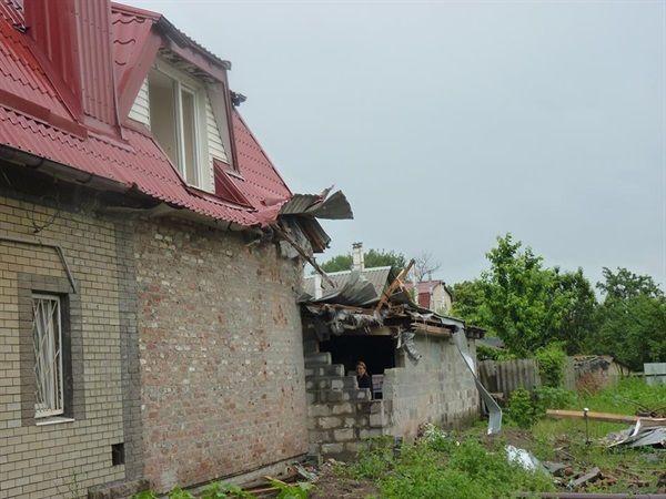 Артснарядом разгромило крышу дома