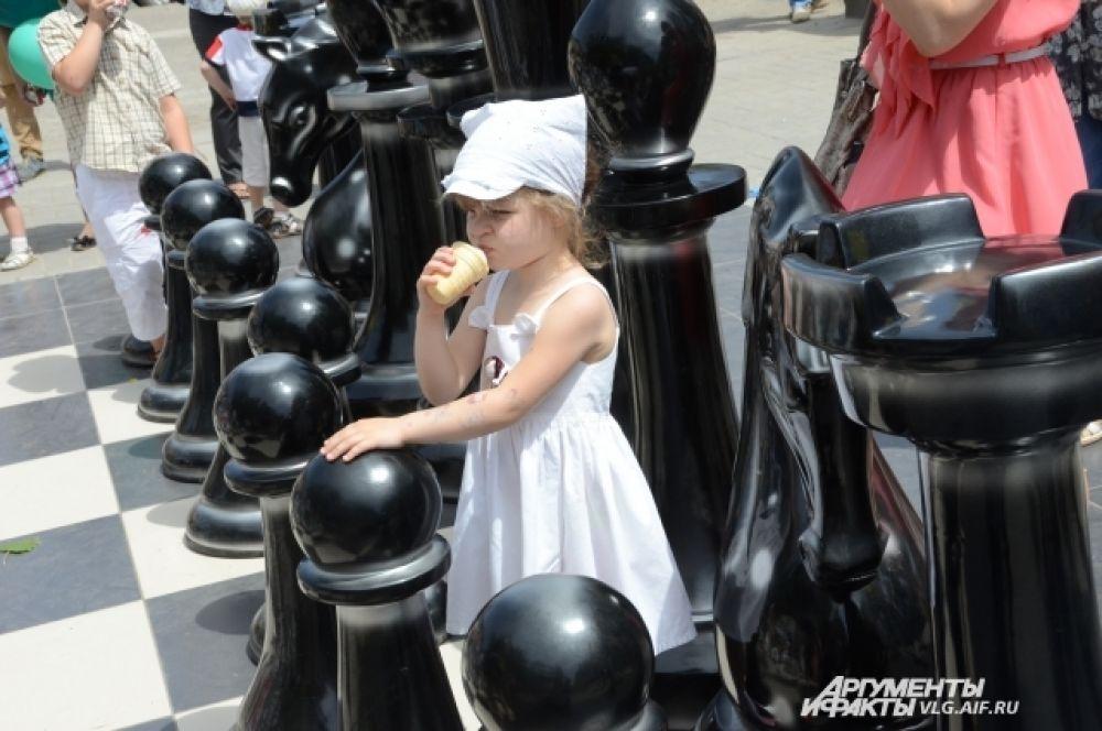 Мороженое и большие шахматные фигуры – еще не гарантия того, что ребенок будет всем доволен.