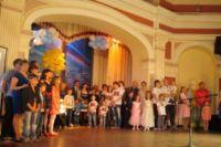 На сцене собрались почетные семьи со всех округов Иркутска.