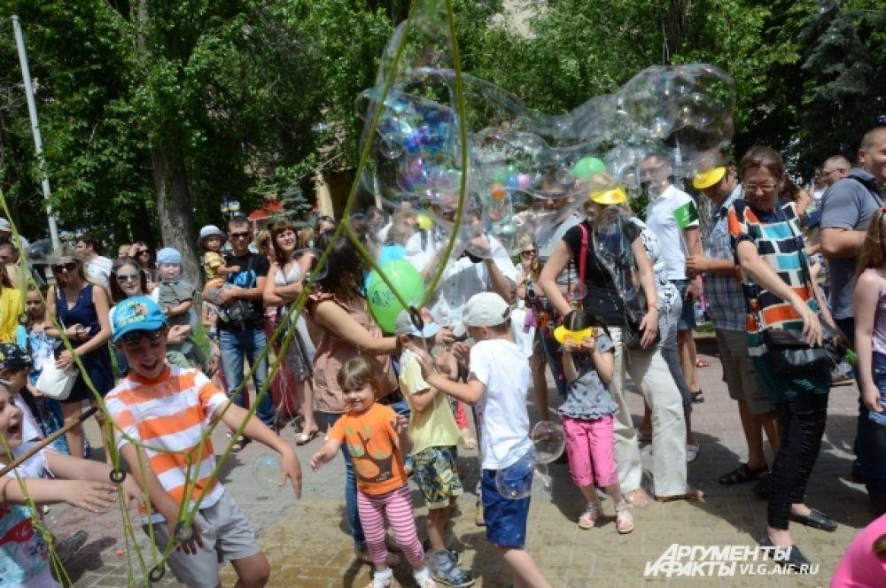 Большие мыльные пузыри вызывали у детей неподдельный восторг.