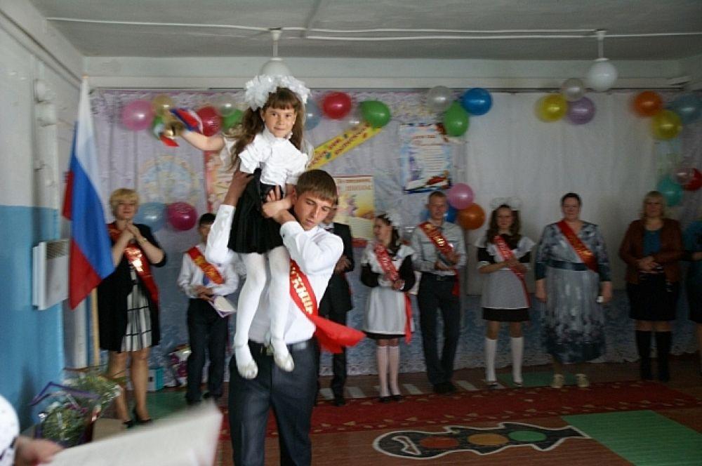 Последний звонок в уцелевшей школе стал самым большим праздником в поселке Дальний.