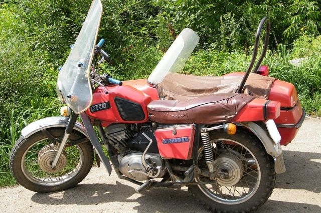 Молодые люди попали в аварию на мотоцикле.