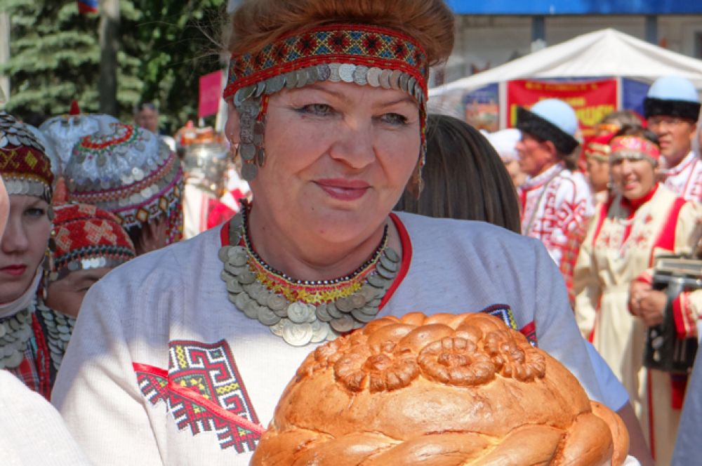 2.Участники праздника были в костюмах и с национальными блюдами
