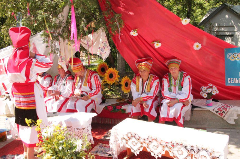 Бабушки в мордовской национальной одежде угощали всех желающих квасом