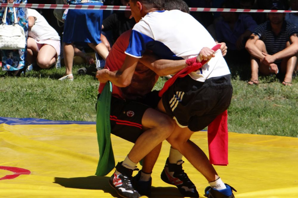 9. На спортивной площадке проходило состязание в армрестлинге и, самое главное, по национальной борьбе под названием «корэш».