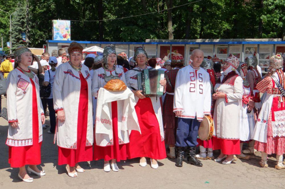 1.Гостей чувашского национального праздника «Акатуй» встречали у входа в Парк Победы