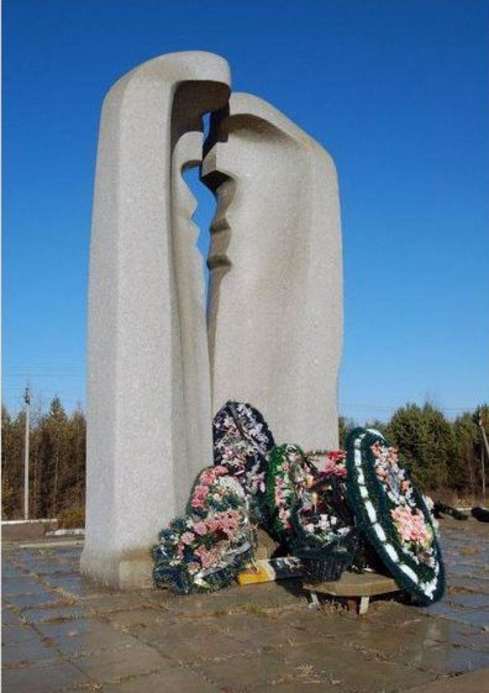 После трагедии на месте катастрофы родственники погибших установили мемориал.