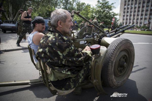 Представители ополчения Славянска заявили, что им удалось отбить атаку украинских силовиков – бронетехника военных вынуждена была отступить от посёлка Красный Лиман.