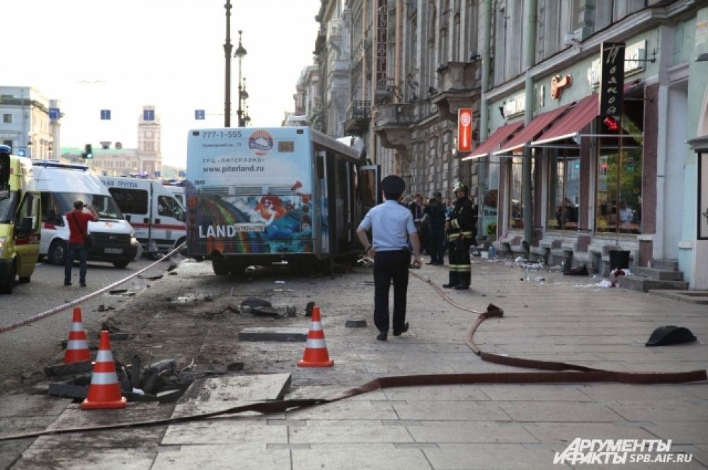 Полиция оцепила участок, где произошла авария.