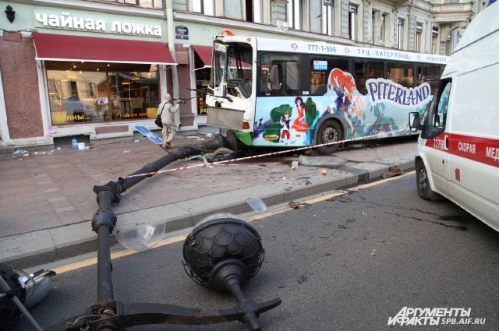Автобус снес несколько столбов и рекламную конструкцию.