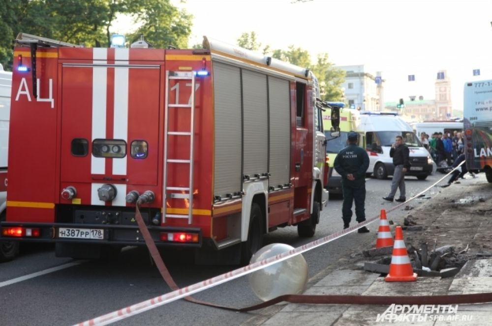 На место прибыли три пожарных расчета.