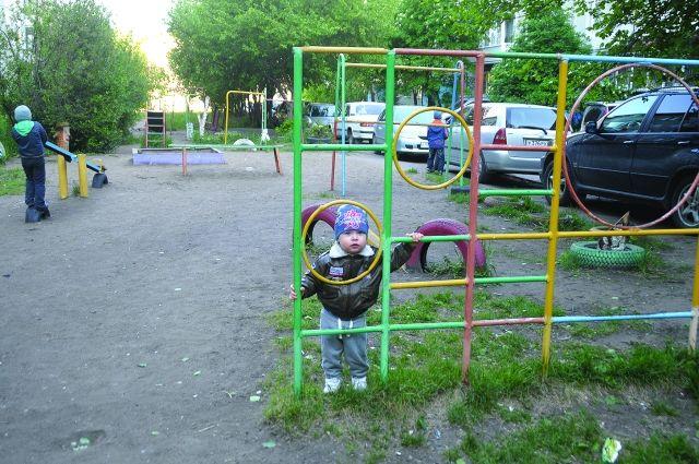 В омских дворах машины паркуются почти на детских площадках.