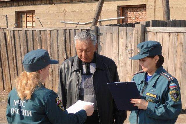 В особый противопожарный режим сотрудники МЧС раздают специальные листовки.