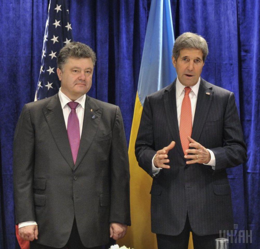 Петр Порошенко и Джон Керри выступают перед журналистами