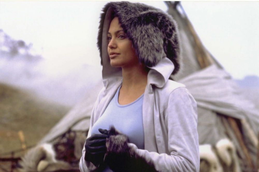 Всемирная слава обрушилась на Анджелину Джоли в начале 2000-х – вместе с ролями в фильмах франшизы Tomb Raider, основанной на одноимённой видеоигре. В 2001 году на экраны вышел фильм «Лара Крофт: Расхитительница гробниц», через два года – «Лара Крофт: Расхитительница гробниц 2 – Колыбель жизни».