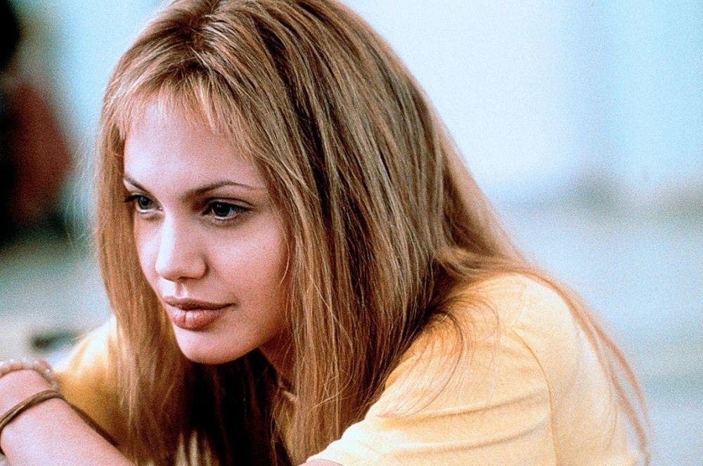 Роль в «Джии» потребовала от актрисы большой эмоциональной отдачи – Анджелина сделала небольшой перерыв в съёмках, но уже в 1999-м Джоли триумфально возвращается на широкие экраны в фильме «Прерванная жизнь».