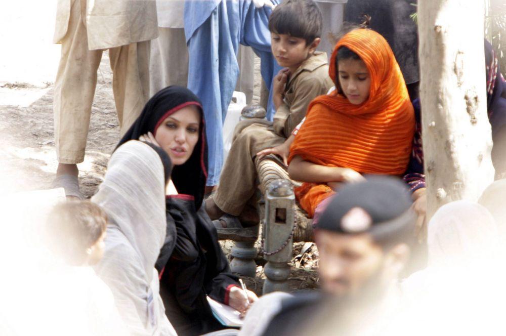 Вместе с этим в рамках гуманитарных поездок Анджелина Джоли жила в тех же условиях, что и местные, а также выполняла всю полагающуюся жителям этих мест работу.  В итоге ООН назвала актрису послом добром воли Управления Верховного комиссара по делам беженцев.