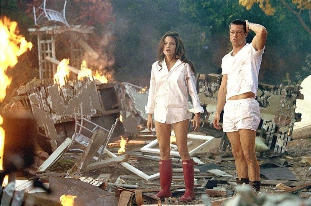 Вместе с этим её карьера продолжала набирать обороты. В 2006 году на экраны вышел молодёжный боевик «Мистер и миссис Смит», где партнёром Джоли по съёмочной площадке стал Брэд Питт. Позже между ними вспыхнул роман, и в январе 2006 года стало известно, что у пары будет ребёнок.