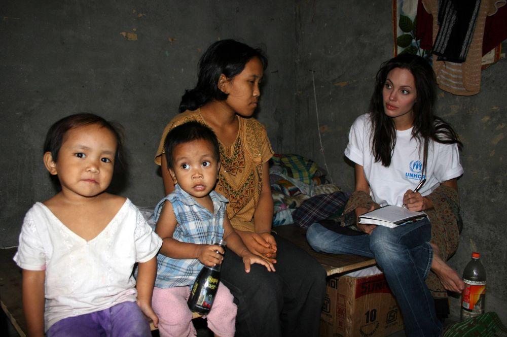 На съёмках первого фильма про Лару Крофт Анджелина Джоли побывала в Камбодже. По её словам, гуманитарная катастрофа в этой стране произвела на неё большое впечатление. Актриса связалась с ООН, начала регулярно посещать лагеря беженцев и жертвовать деньги.