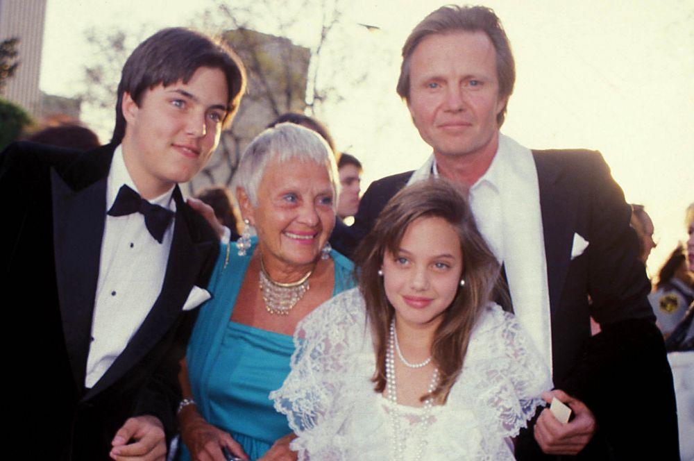 Анджелина Джоли родилась в семье известных актёров – Джона Войта и Маршелин Бертран. У Анджелины также есть старший брат – Джеймс Хэйвен, киноактёр и продюсер. На фото: Анджелина Джоли в одиннадцать лет с семьей, 1986 год.
