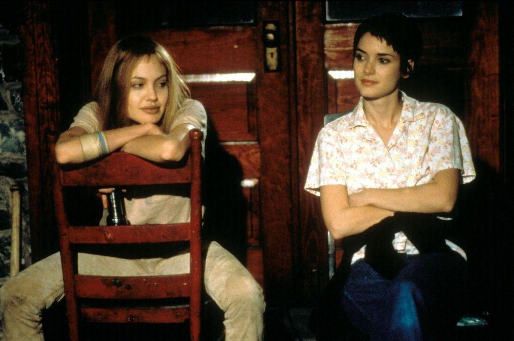 «Прерванная жизнь» должна была стать бенефисом Вайноны Райдер, но безумная социопатка в исполнении Анджелины Джоли затмила игру главной актрисы. «Прерванная жизнь» принесла Джоли третий «Золотой глобус», а также «Оскар» и премию Гильдии киноактёров.