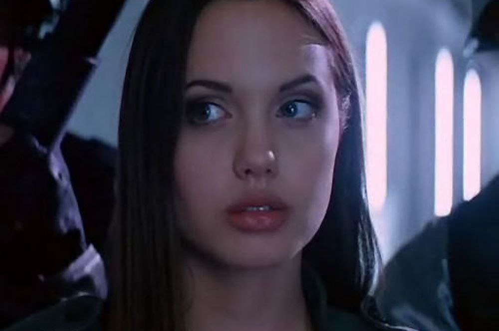 В школе Анджелина, по её собственному признанию, чувствовала себе отчуждённой. Сама актриса объясняет это своей внешностью и манерой одеваться. Однако, переехав в Лос-Анджелес, она начала учиться в актёрской студии и сниматься в кино – поначалу лишь в экспериментальных поделках собственного брата, но в 1993-м Джоли приняла участие в фильме «Киборг 2: Стеклянная тень», где исполнила роль робота Казеллы «Киш» Риз.