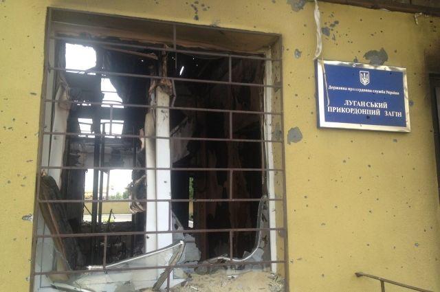 Разгромленное боевиками здание Луганского погранотряда