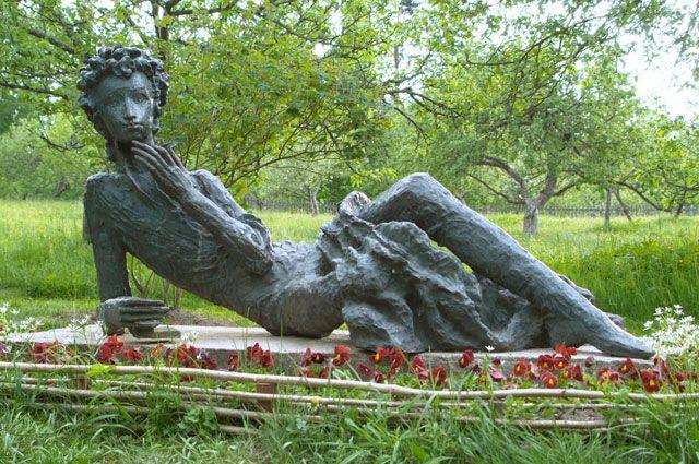 В России есть несколько памятников великому русскому поэту.