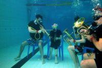 Музыканты из оркестра «Геликон» на дне бассейна комплекса «Лазурный».