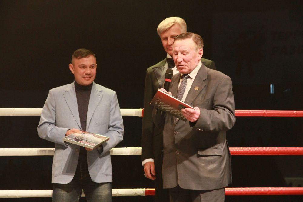 Легендарный алтайский тренер по боксу Василий Данилов и Константин Цзю обменялись подарками.