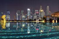Бассейны на крышах небоскрёбов - современная примета разбогатевшего Сингапура.