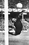 В 1966 году советские футболисты смогли пройти дальше – в полуфинал. После трёх побед в групповом раунде и успеха в четвертьфинале, где была выбита сборная Венгрии, команда СССР уступила ФРГ – с тем же счётом 1:2. На фото: Лев Яшин отбивает удар сборной Германии на Кубке мира 1966 года.