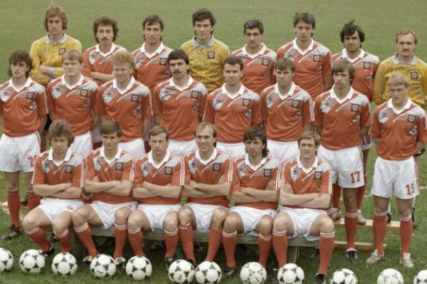 В 1990 году команда СССР смогла выиграть лишь один матч в групповом раунде Кубка мира и заняла последнюю строчку в подгруппе, лишившись шанса выступить в плей-офф. На фото: сборная СССР по футболу 1990 года.