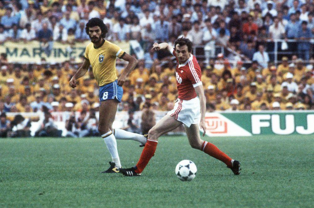Следующим Кубком мира для сборной СССР стал турнир 1982 года – двенадцать лет спустя предыдущего. После второго места в группе в первом раунде, советские игроки уступили полякам во второй стадии и не смогли выйти в полуфинал. На фото: матч между сборными СССР и Бразилии на чемпионате мира 1982 года.